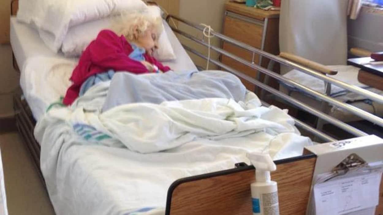 Juliette Faucher dans son lit à l'hôpital de Trois-Rivières après sa chute.