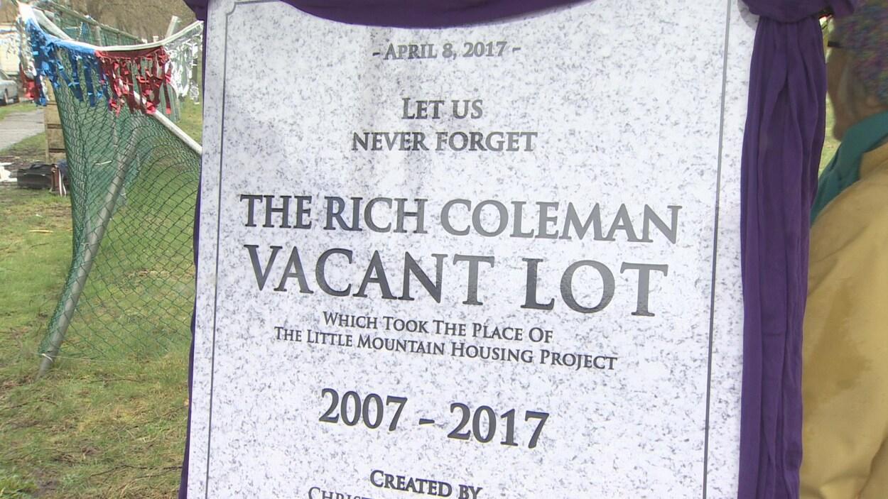 Une fausse pierre tombale sur laquelle il est écrit la date, 8 avril 2017, et en majuscules en anglais, le lot vacant de Rich Coleman et l'inscription 2007-2017.