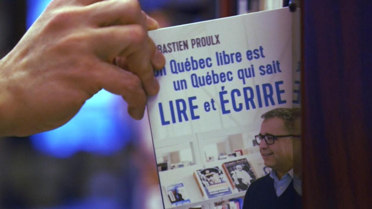 Gros plan sur le livre du ministre québécois de l'Éducation Sébastien Proulx, intitulé « Un Québec libre est un Québec qui sait lire et écrire ».