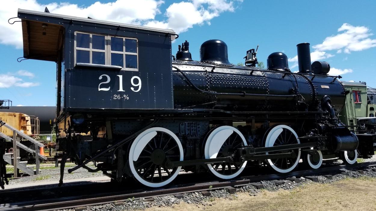 Une ancienne locomotive à vapeur du chemin de fer Temiskaming and Northern Ontario Railway.