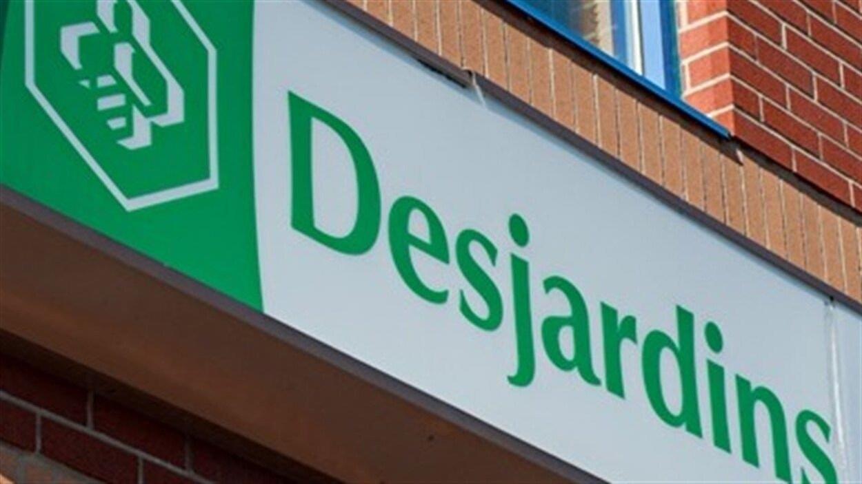 Une façade de la Caisse populaire Desjardins avec le logo.