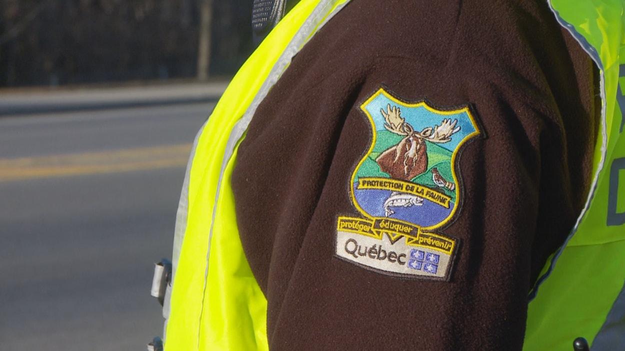 Le logo des agents du MAPAQ sur la manche d'un manteau.