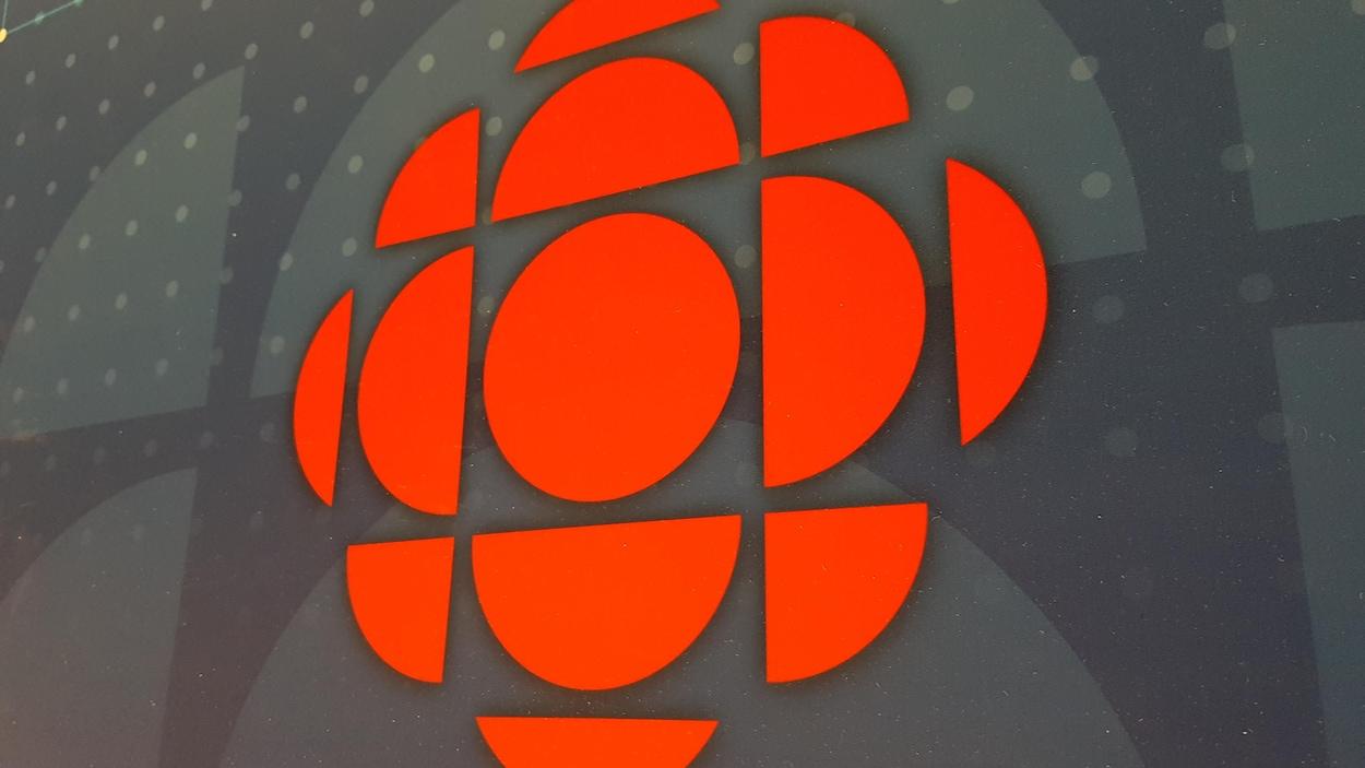 Logo de CBC/Radio-Canada sur un fond texturé.