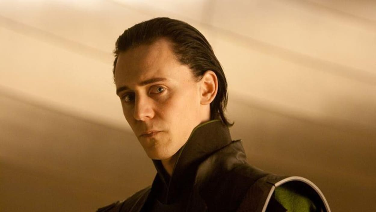 Quasiment de profil, Tom Hiddleston regarde l'objectif.