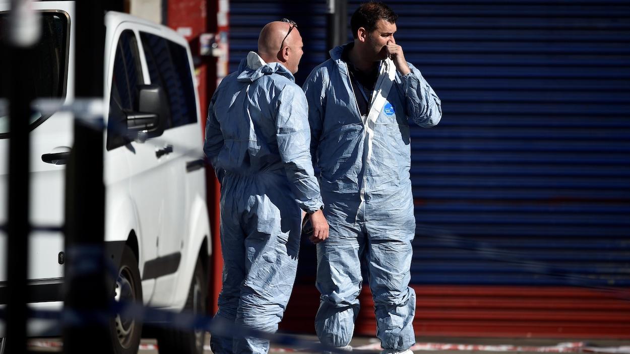 Des experts judiciaires enquêtent sur les lieux de l'attentat.