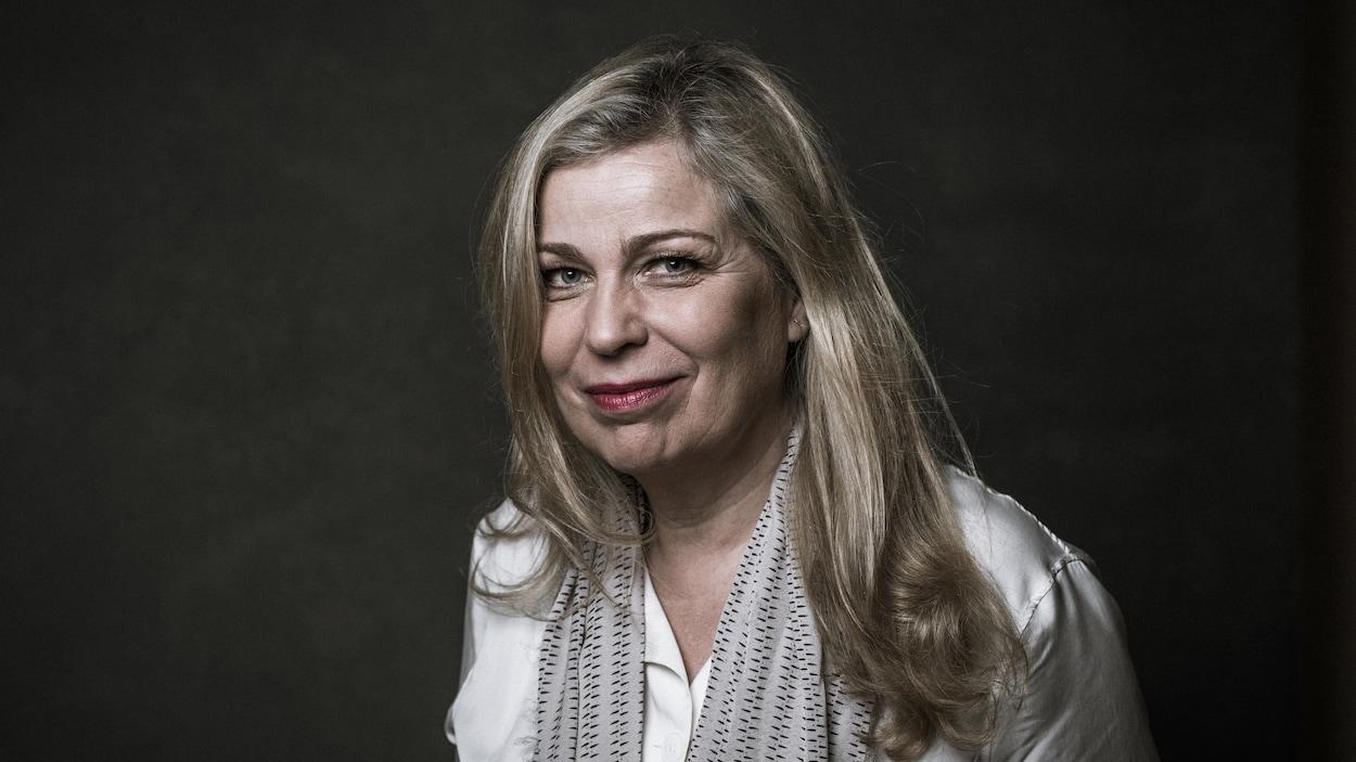 Un portrait de la réalisatrice qui sourit.