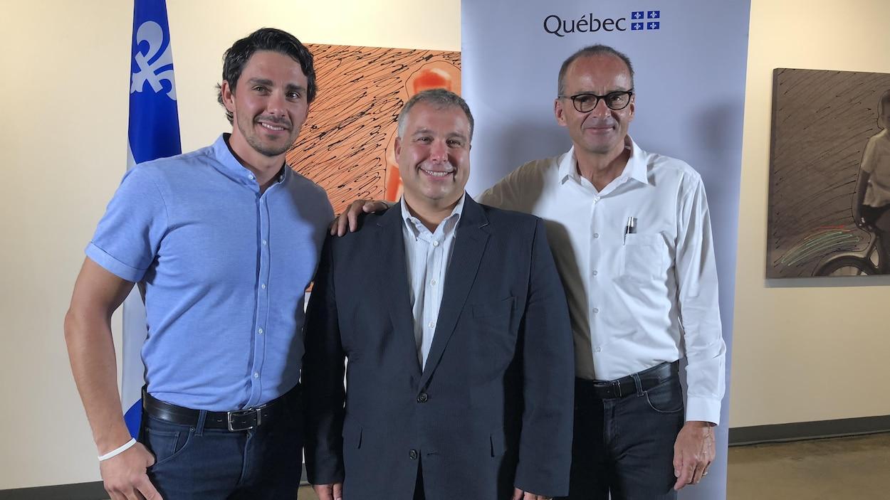 Louis Garneau (à droite) est accompagné de son fils, William, et du ministre responsable de la Capitale-Nationale, Sébastien Proulx.