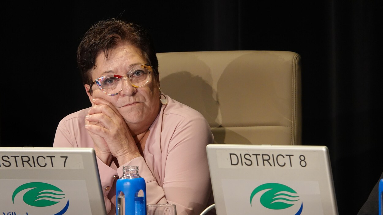 Une élue lors du conseil municipal de Gatineau.