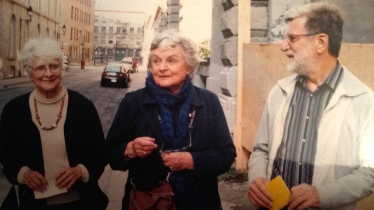 Deux femmes et un homme âgés.