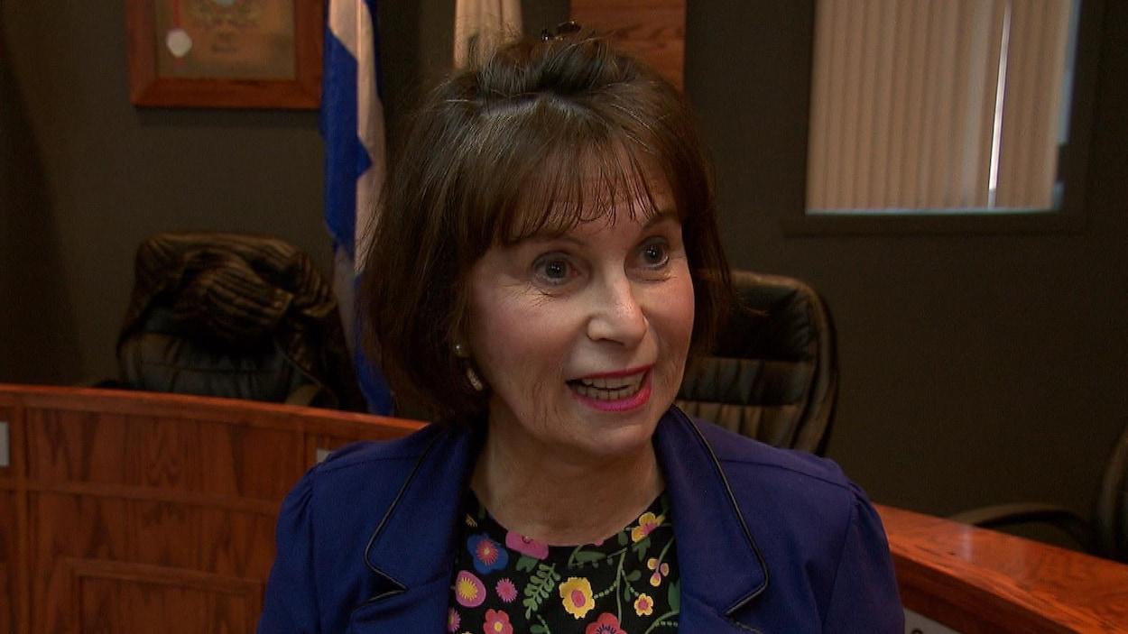 Louisette Langlois en entrevue dans une salle du conseil municipal.
