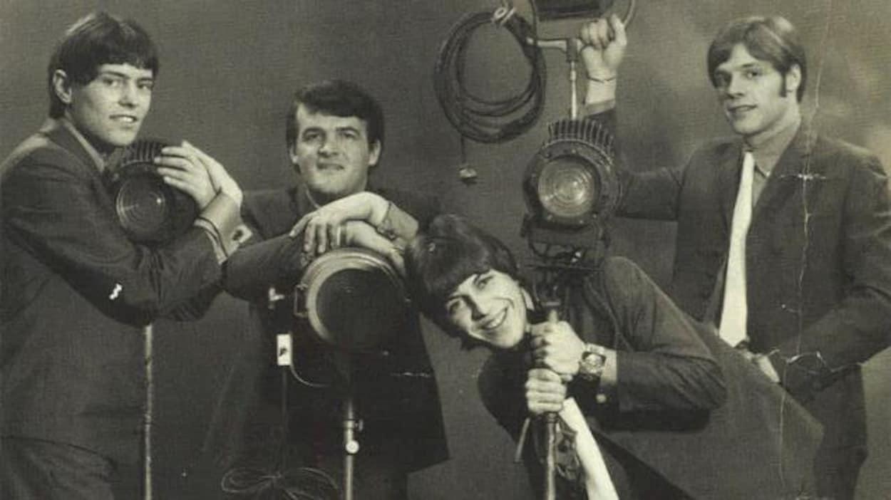 Les Loups Blancs. Maurice Bastien est à gauche alors que Paul Daraîche est troisième à partir de la gauche.