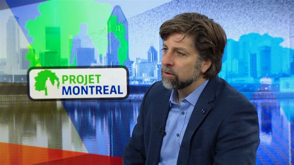 Luc Ferrandez répond aux questions d'un animateur sur un plateau de Radio-Canada.