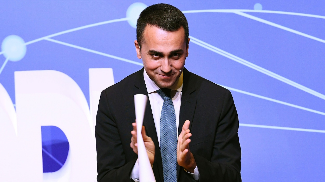 Luigi Di Maio applaudit lors d'une apparition publique.