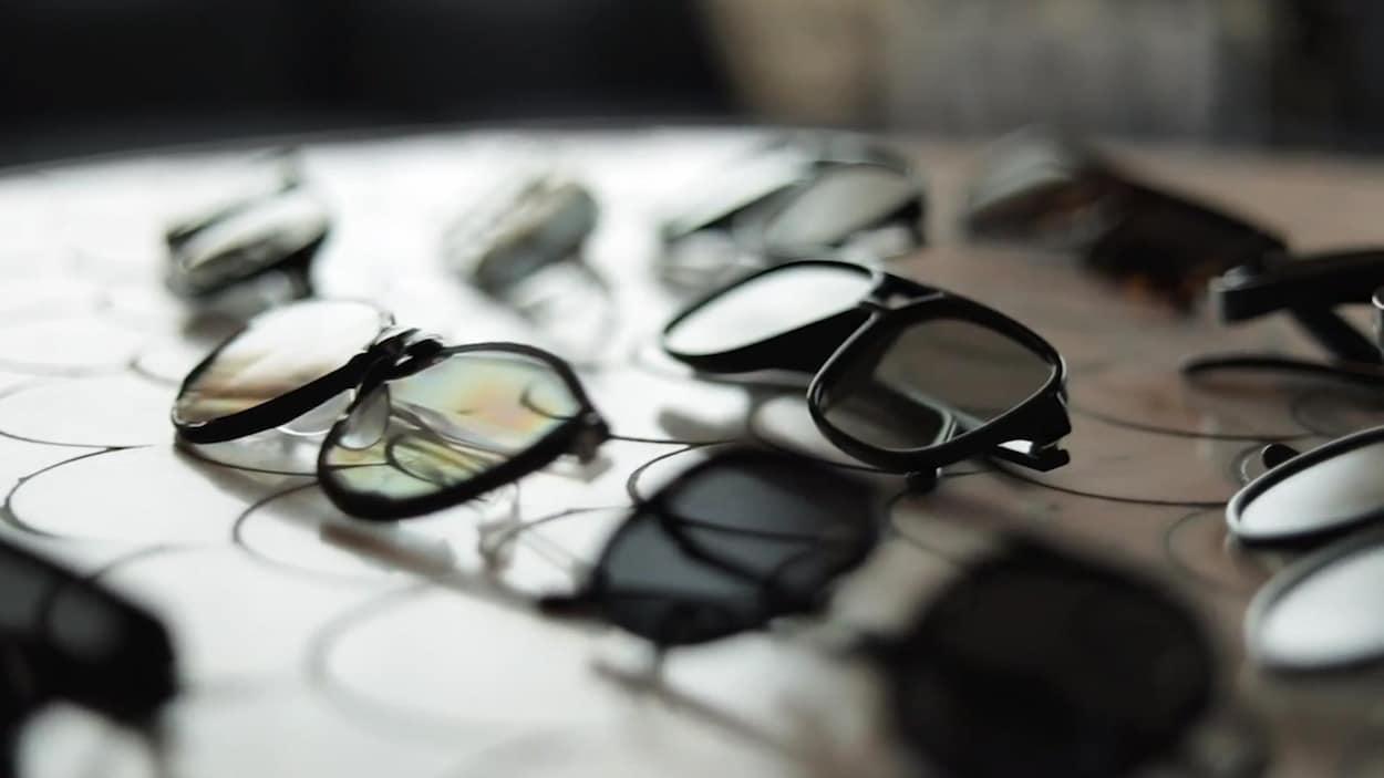 Une photo montrant plusieurs paires de lunettes de soleil sur une table.
