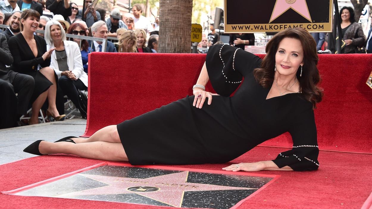 L'actrice Lynda Carter est allongée par terre devant son étoile.