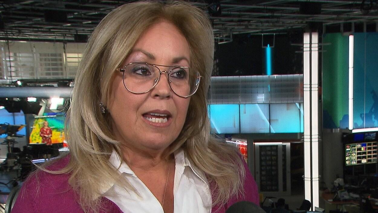 Lynne Shand dans les studios de Radio-Canada.