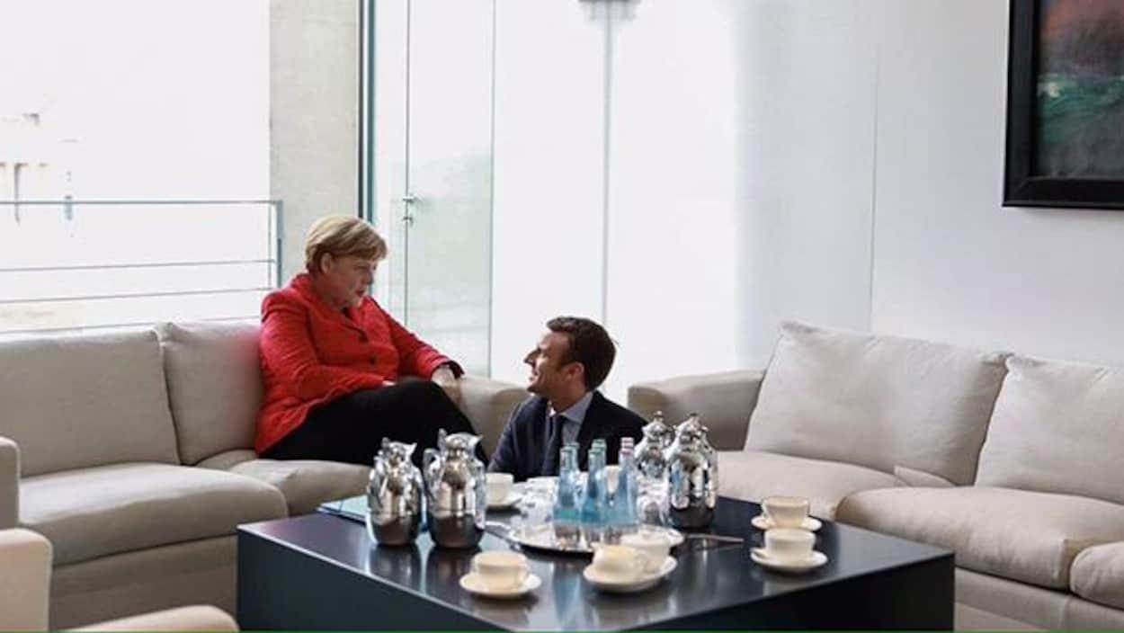 Montage photo montrant Emmanuel Macron devant Angela Merkel.