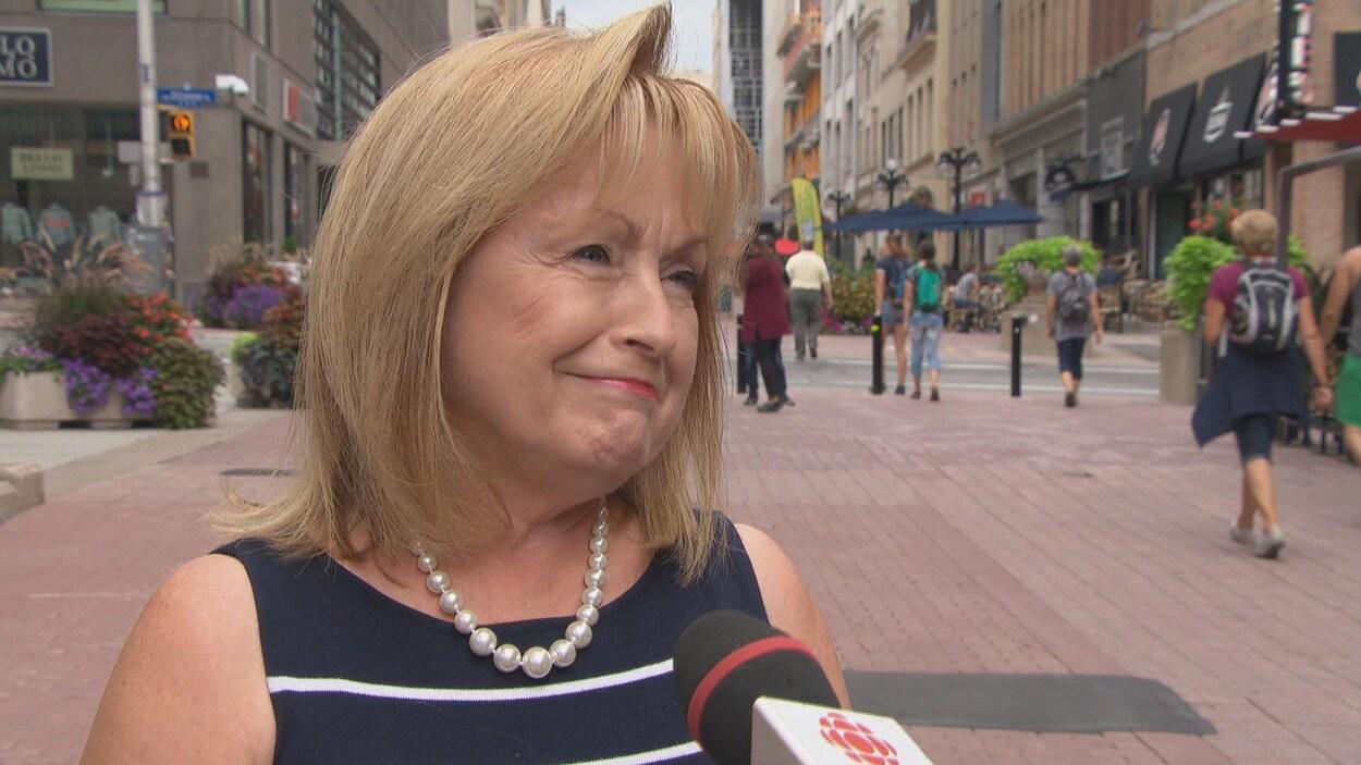 L'ancienne ministre ontarienne des Affaires francophones, Madeleine Meilleur, en entrevue avec Radio-Canada sur la rue Sparks, à Ottawa.