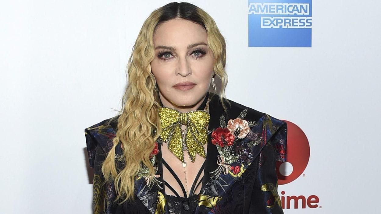 La chanteuse Madonna prend la pose sur le tapis rouge du 11e Billboard Women in Music, à New York, en décembre 2016