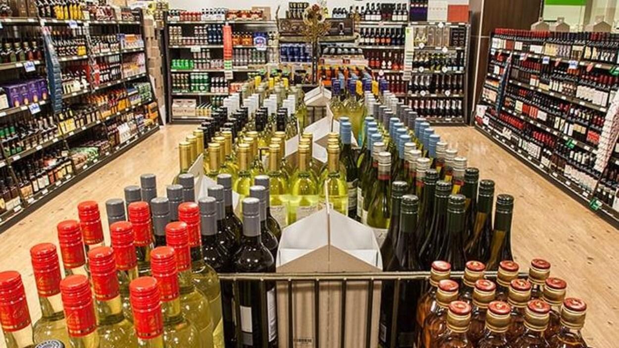 Une vue en plongée de l'intérieur d'un magasin d'alcool du Manitoba avec ses étalages de bouteilles.