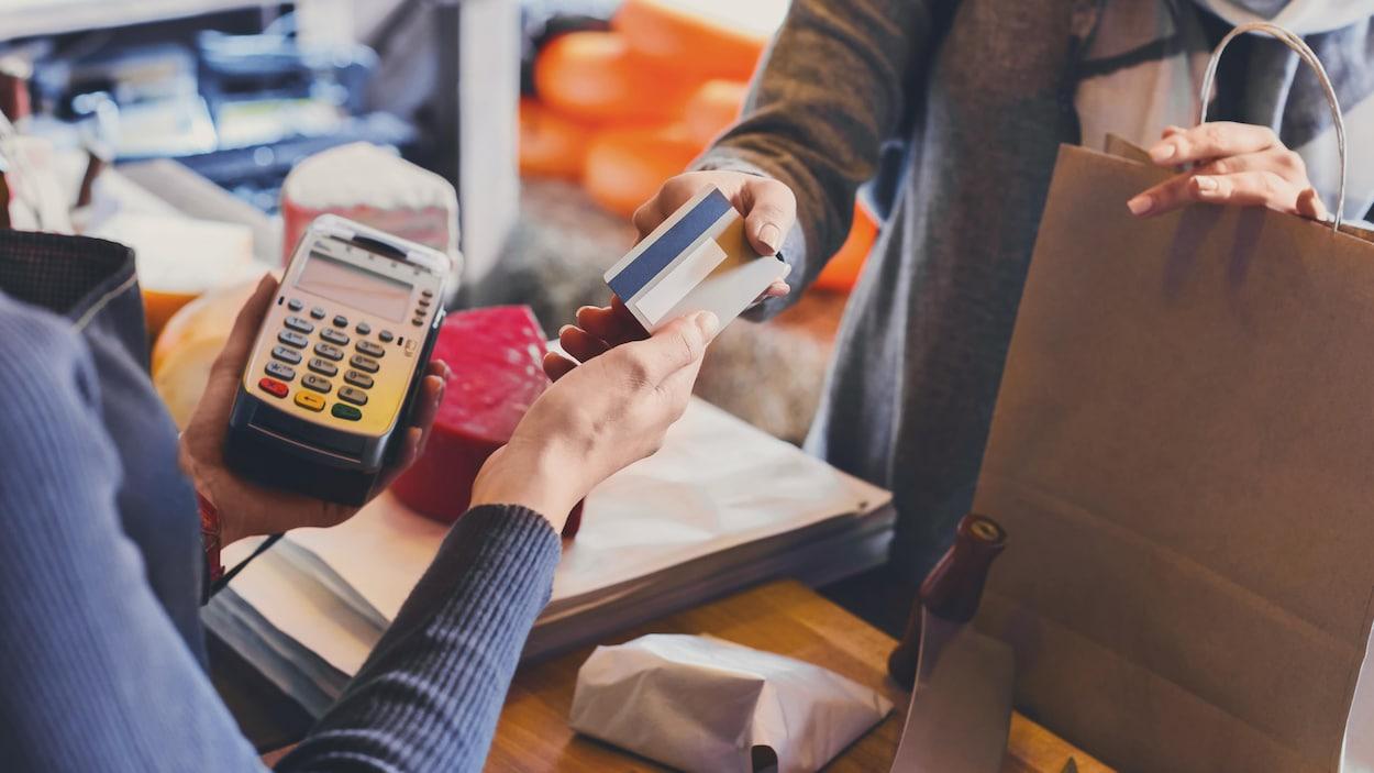 Une cliente paye son achat avec une carte de crédit
