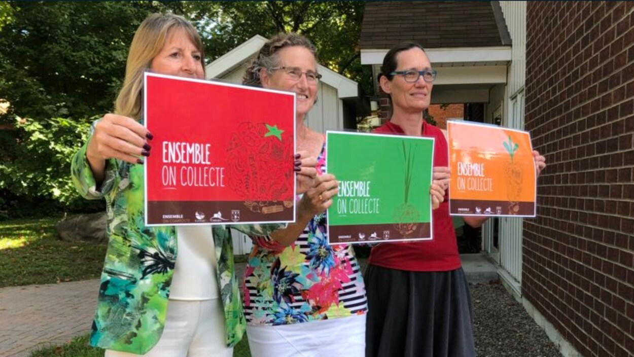 Les mairesses tiennent des affiches qui font la promotion de la campagne «Ensemble on collecte».