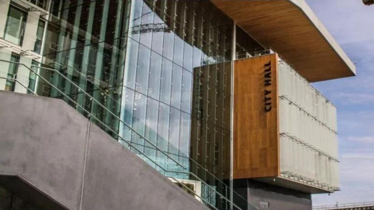 Gros plan sur la façade de l'hôtel de ville de Surrey