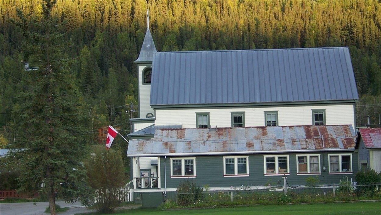 Une maison et une église à Dawson City