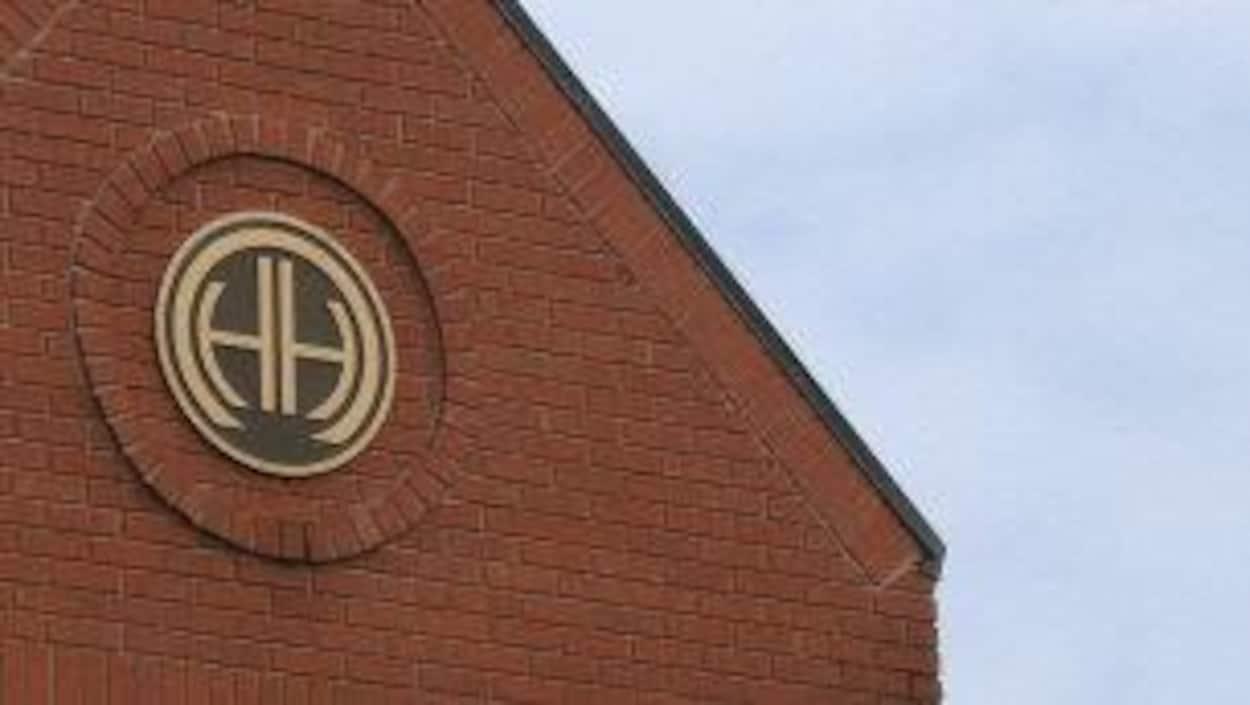 Le toit d'un édifice. Un logo est au centre