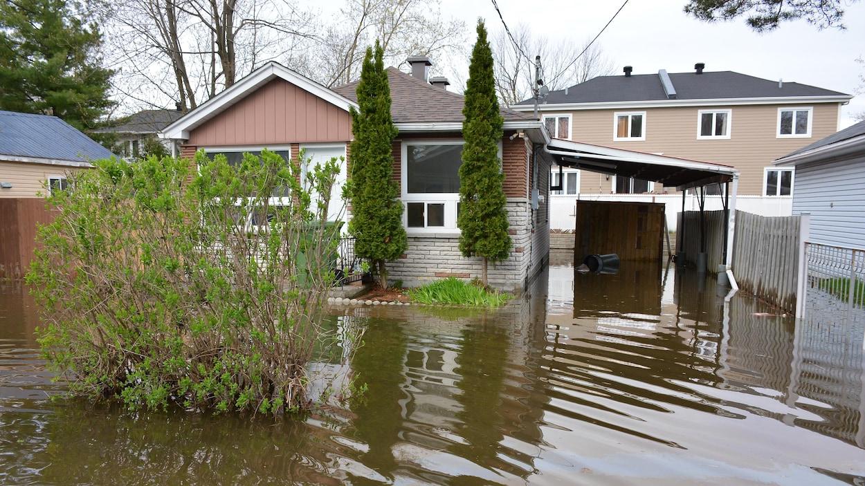 Une maison inondée dans l'arrondissement de Pierrefonds-Roxboro, après le débordement de la rivière des Prairies