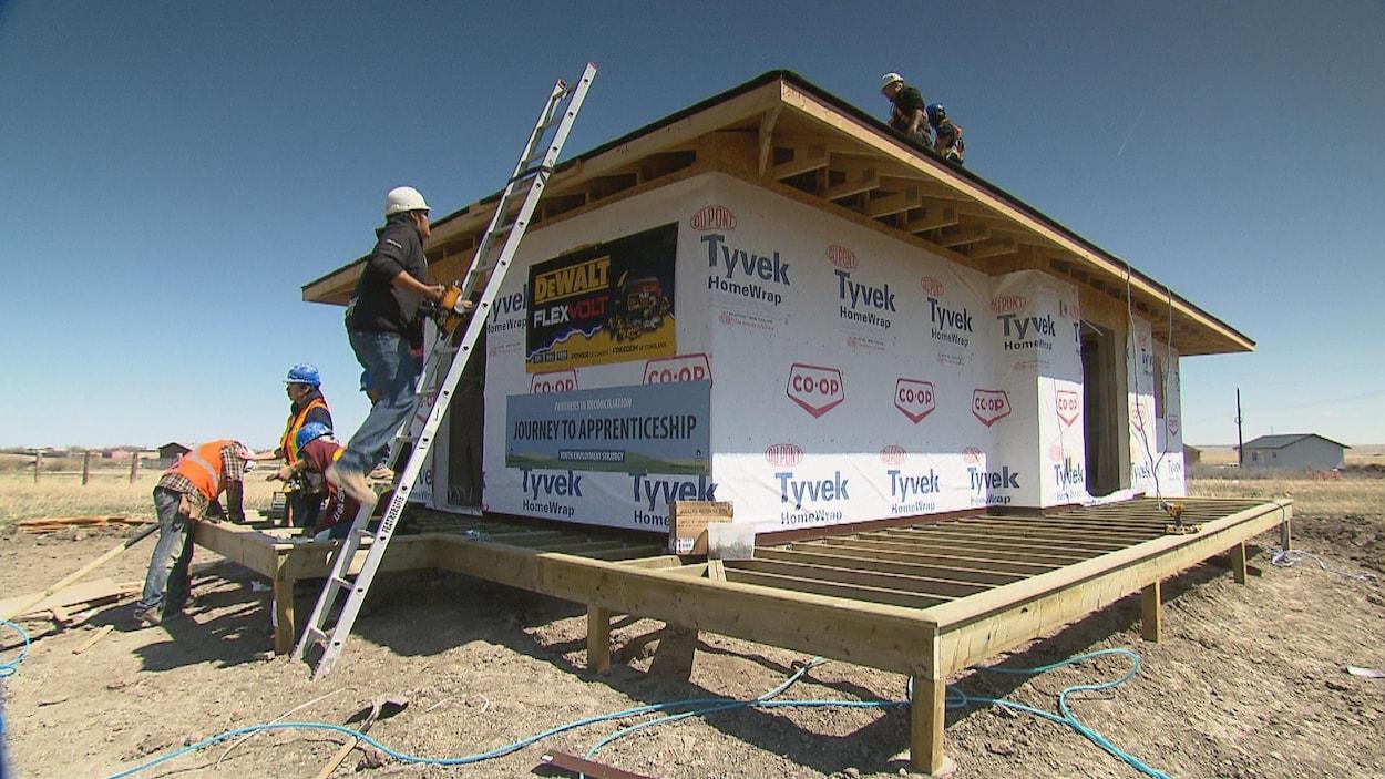 Des étudiants construisent une maison sur la première nation Piikani pour une aînée de la communauté.