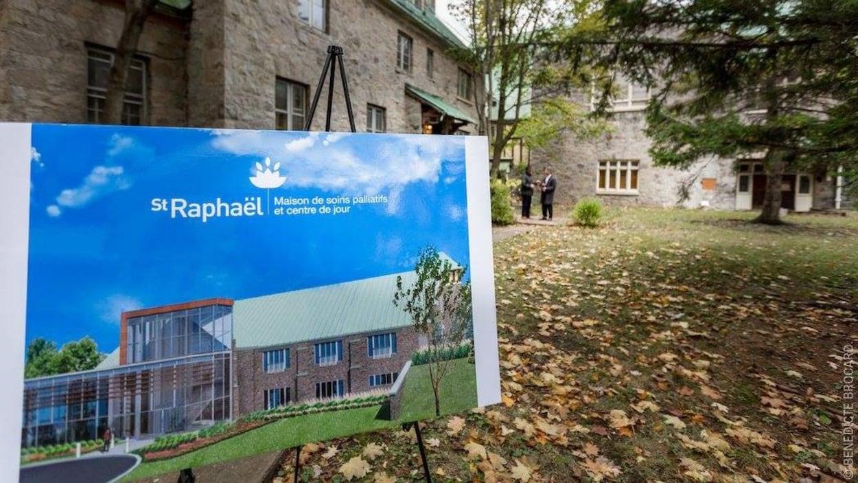 Une pancarte montrant la nouvelle architecture de la Maison, avec l'église en arrière-plan.