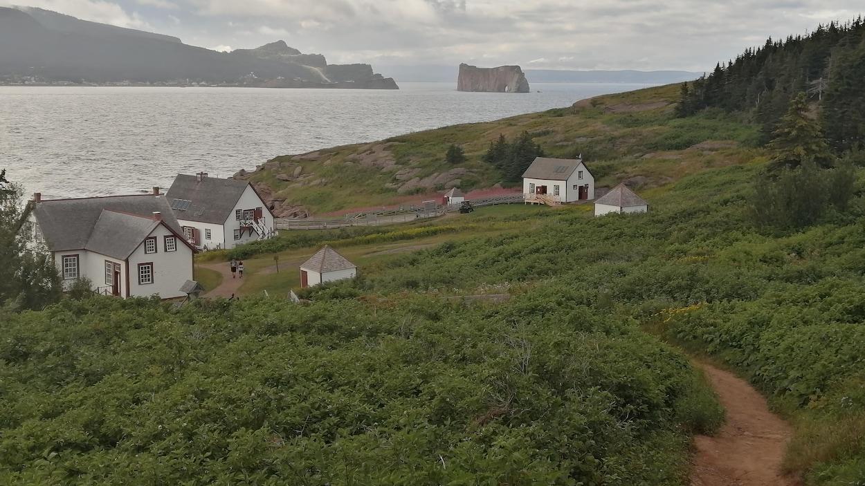 De vieilles maisons sont reliées par un chemin sinueux sur une île au large de Percé.