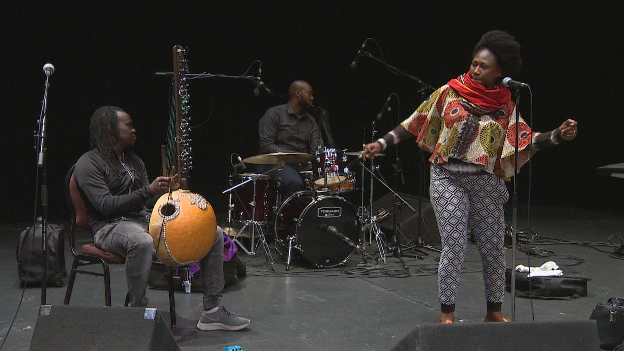 La chanteuse et ses musiciens offrent une prestation au CCFM.