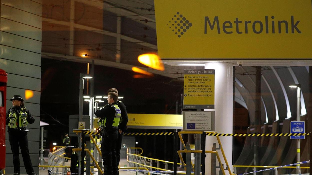 Des policiers à la gare Victoria à Manchester où une attaque au couteau a fait trois blessés.