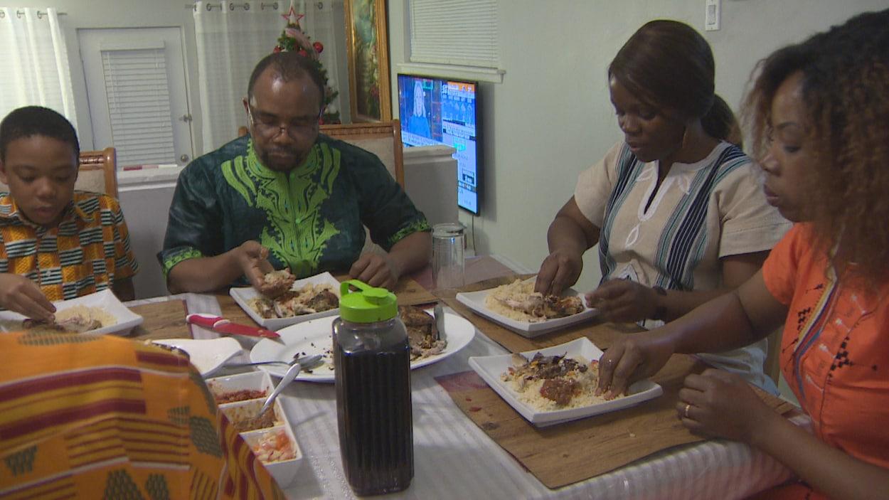 La famille Djédjé à table pendant un repas.