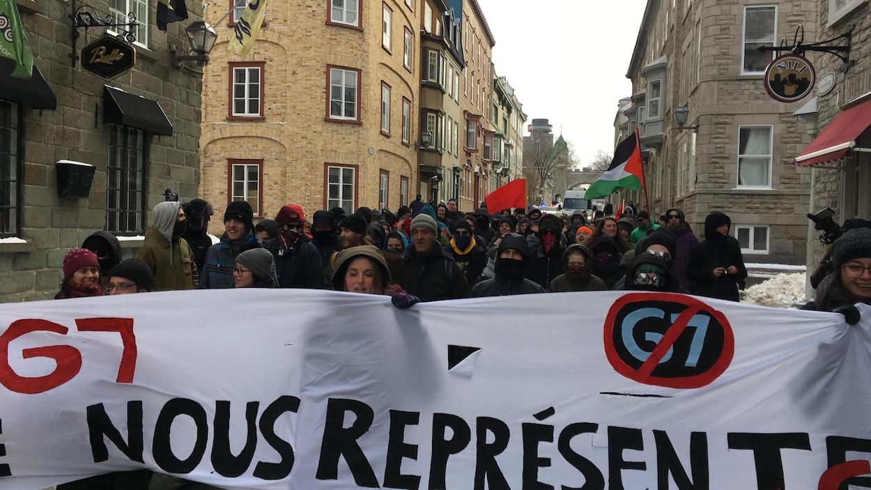 Plusieurs dizaines de manifestants ont participé à une marche contre le G7 à Québec.