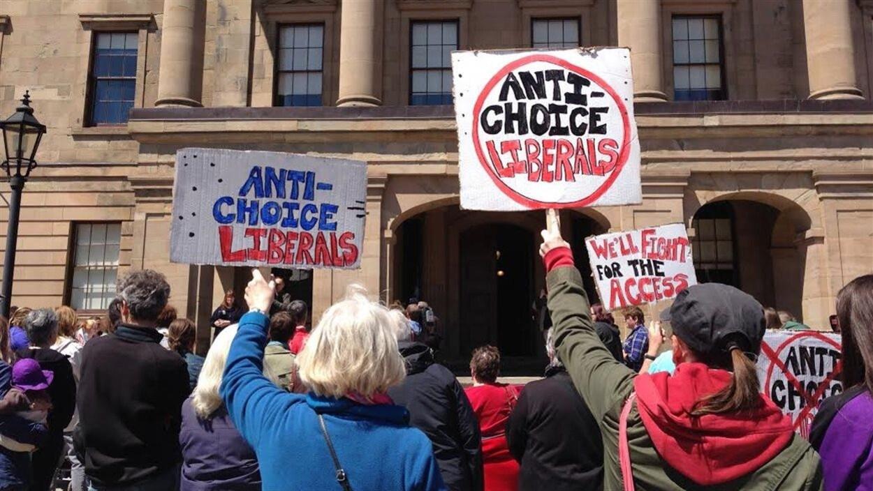 Des manifestants brandissent des pancartes pour l'accès à l'avortement, à Charlottetown.