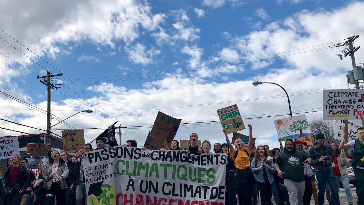 Des manifestants de tous les âges ont envahi les rues de Sherbrooke vendredi lors de la marche pour le climat. « Passons des changements climatiques à un climat de changements », pouvait-on lire sur une banderole, à l'avant de la manifestation.