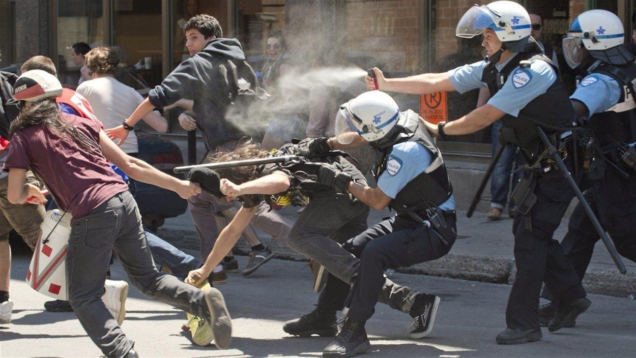 Les policiers utilisent le poivre de cayenne lors d'une manifestation en juin 2012 à Montréal.
