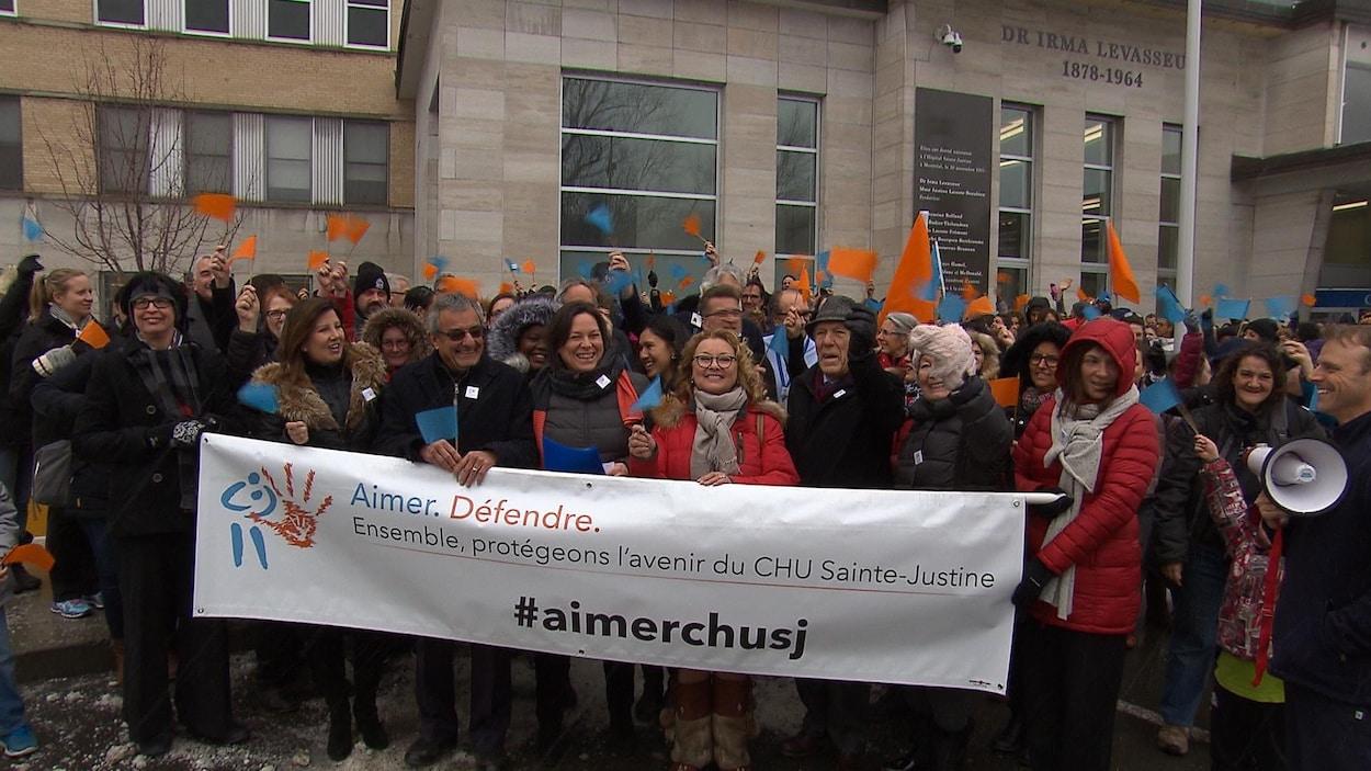 Manifestation devant le CHU Sainte-Justine. Au premier plan, Marguerite Blais et Claude Castonguay.