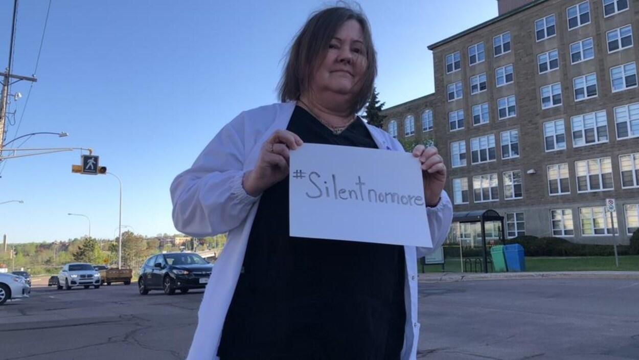 Une manifestante à une marche contre la violence dont sont victimes les infirmières et les femmes.