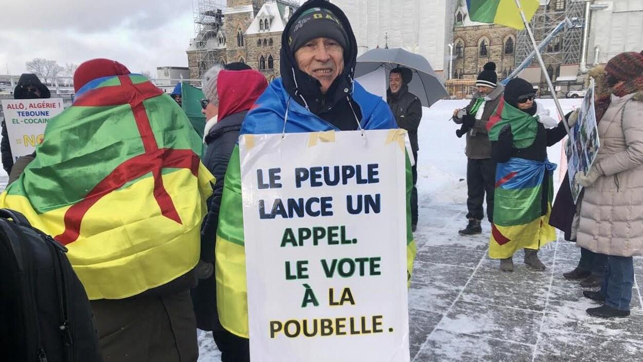 Des manifestants lors d'un rassemblement de Canadiens d'origine algérienne.