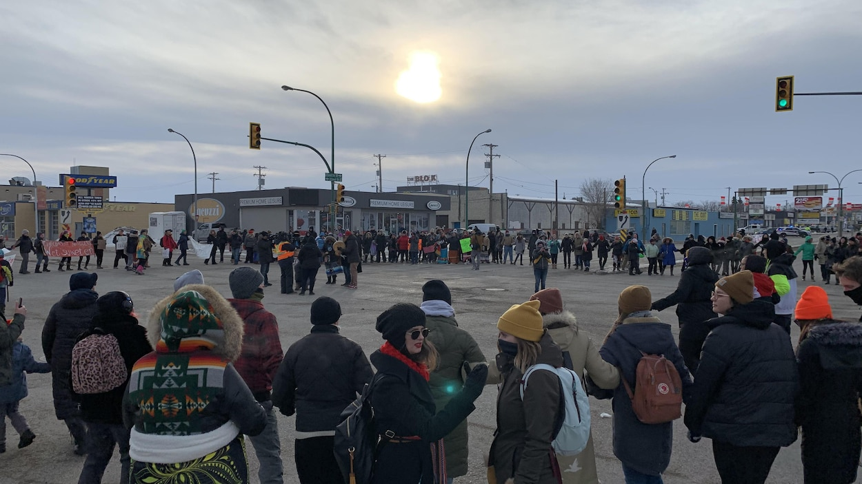 Une centaine de manifestants bloquent la circulation à l'intersection de la 22e Avenue et du boulevard Idylwyld, à Saskatoon.