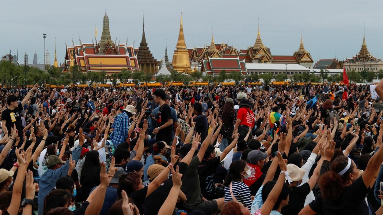 Des milliers de manifestants font le salut à trois doigts à Bangkok.