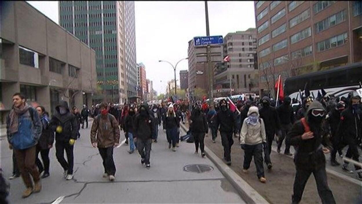 Des manifestants circulent dans une rue de Montréal.