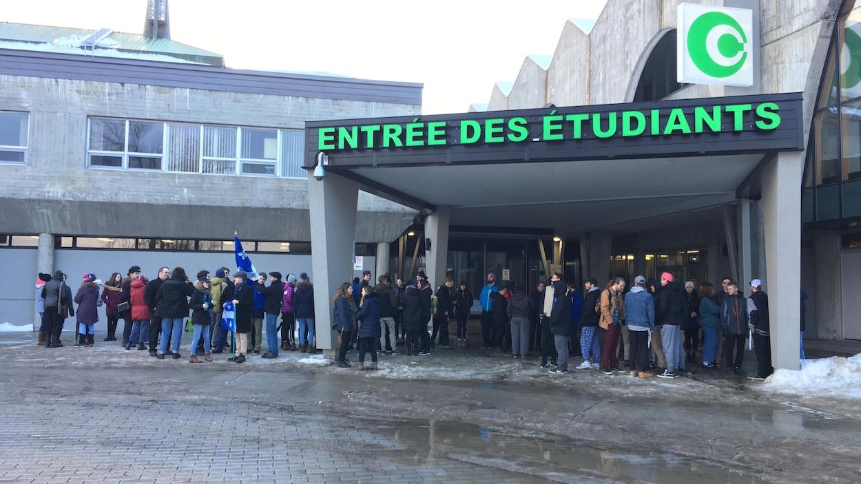 Des étudiants manifestent devant l'entrée du Cégep de Chicoutimi.