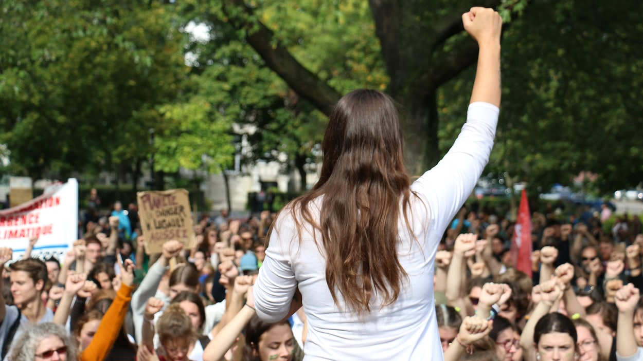 Une femme lève le poing en l'air.