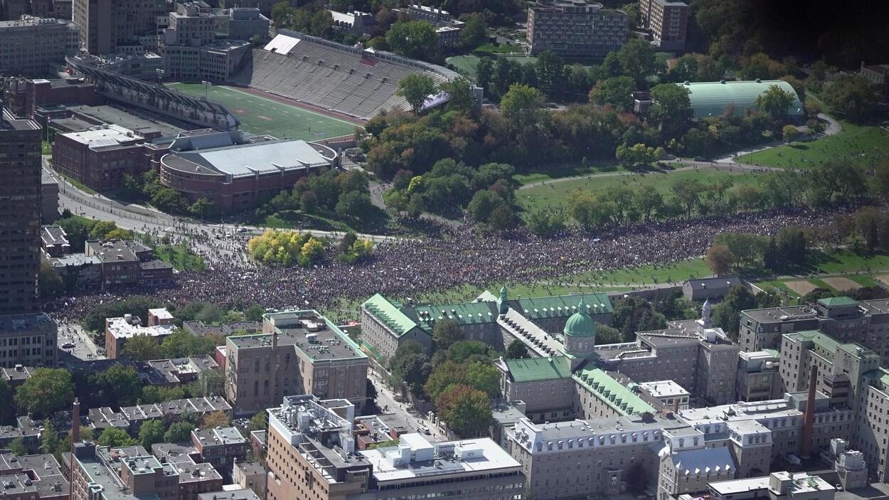 Une vue aérienne de l'avenue du Parc remplie de manifestants.