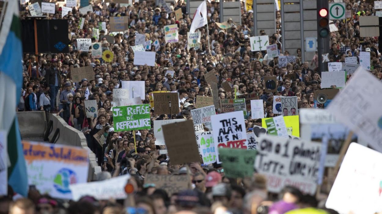 Des milliers de manifestants dans les rues du centre-ville.
